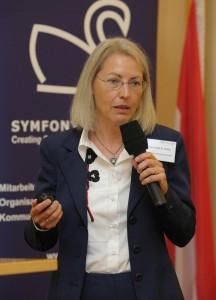 Im Bild Cornelia Hulla, Head of Corporate Human Resources der GEA Group AG bei ihrem Impulsreferat zum Thema ?Mismatching von karriereorientierten Frauen und Unternehmen?!?.