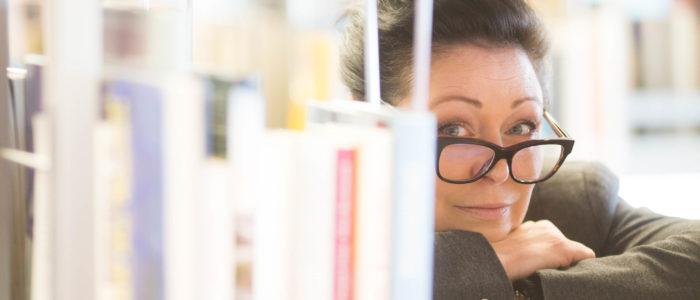 Sonja M. Lauterbach in Bibliothek Fotocredit: Joachim Bergauer